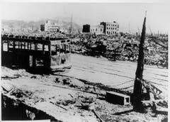 """Dieses Bild von der """"japanischen Vereinigung der Atombomben-Fotografen"""" zeigt eine ausgebrannte Strassenbahn rund 300 Meter vom Epizentrum des Einschlags entfernt. (Bild: Keystone)"""