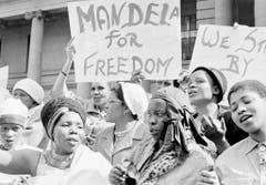Südafrikanische Frauen fordern die Freilassung von Nelson Mandela, der 1962 wegen illegaler Auslandreisen und Aufruf zum Streik zu drei Jahren Haft verurteilt worden ist. Zwei Jahre später folgt das nächste Urteil: lebenslänglich wegen Sabotage und Planung des bewaffneten Kampfes. (Bild: Keystone)