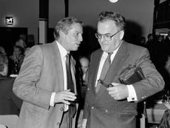 Der SVP-Nationalrat Christoph Blocher trifft im Februar 1990 an einer Veranstaltung den Bundesrat Otto Stich. (Bild: Keystone)