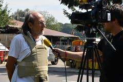 Tierschützer Erwin Kessler gibt medienwirksam mit einer schusssicheren Weste einer regionalen TV-Station ein Interview. (Bild: Manuel Nagel)
