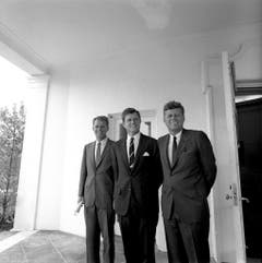 Präsident John F. Kennedy (r) mit seinen Brüdern Robert F. Kennedy (l) und Edward M. Kennedy (M) am 28. August 1963. (Bild: Keystone)