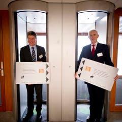 Regierungsrat Willi Haag (l.) und Markus Metz, Präsident des Bundesverwaltungsgerichts, bei der Schlüsselübergabe. (Bild: Keystone)