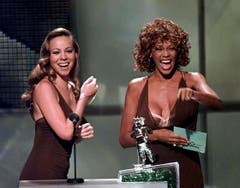 Mit Duett-Partnerin Mariah Carey («When You Believe») vergibt Whitney Houston 1998 einen MTV-Award. (Bild: Keystone)