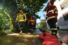 Feuerwehrleute haben eine Wassersperre errichtet. Der Rohrbruch ereignete sich oben links im Bild. (Bild: Manuel Nagel)