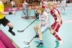 Mirca Anderegg (r.) im Kampf um den Ball gegen die Russin Yulia Wiktorova. (Bild: Keystone)