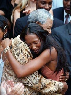 Supermodel Naomi Campbell weint an der Schulter von Nelson Mandela (1998). (Bild: Keystone)