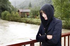 Betroffen vom Hochwasser: die Bundesrätin im Sommer 2007 in Riedes bei Delémont. (Bild: Keystone)