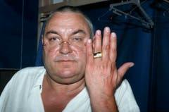 Stolz zeigt Mathias Gnädinger 1996 den Hans Reinhart-Ring, der seit 1957 von der Schweizer Gesellschaft für Theaterkultur SGTK für herausragende Verdienste um das Theater vergeben wird. (Bild: Keystone)