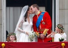 Der Prinz und seine Prinzessin. Mehr gibt es da eigentlich nicht zu sagen. Am 29. April 2011 küsste Prinz William von England seine frisch angetraute Catherine auf dem Balkon des Buckingham Palasts. (Bild: Keystone)