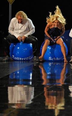 """Fröhliches Ballhüpfen mit """"Wetten, dass...?""""-Moderator Thomas Gottschalk. (Bild: Keystone)"""