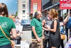 Demonstration am Bahnhof gegen den Tierquäler aus Hefenhofen: Erwin Kessler, Präsident des VGT (Mitte, grünes Shirt, graue Haare). (Bild: Andrea Stalder)