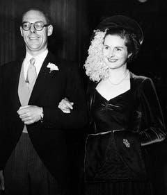 Schwer verliebt: Am 13. Dezember 1951 heiratet Margaret Roberts in London Denis Thatcher. Der wohlhabende Kaufmann ermöglicht seiner Braut, die bereits einen Abschluss in Chemie hat, ein weiteres Studium: Rechtswissenschaften. (Bild: Keystone)
