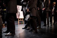 Die Trauer um Udo Jürgens ist gross - das zeigt die Zahl der Menschen, die ins Theater 11 gekommen sind. (Bild: Keystone)