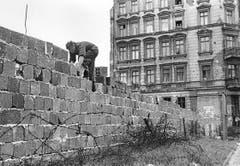 Ein Ostberliner Polizist arbeitet am 9. Oktober 1961 an der Berliner Mauer. (Bild: Keystone)