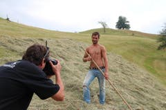 Der 30-jährige Robert ist Akkordschaler, Maurer und Landwirt. Er lebt auf dem elterlichen Hof, den er später gerne übernehmen möchte. (Bild: www.bauernkalender.ch)