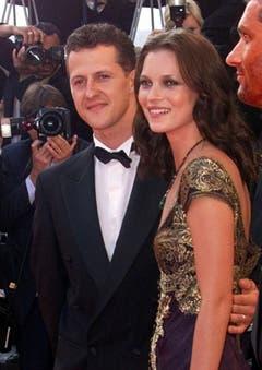 Der schnellste Mann und die schönste Frau: Formel-1-Fahrer Michael Schumacher und Kate Moss Arm in Arm beim Filmfestival in Cannes 1999. (Bild: Keystone)