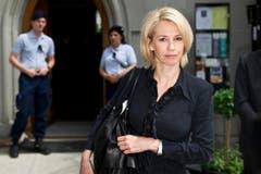 Moderatorin Christine Meier auf dem Weg in die Kirche. (Bild: Urs Bucher)