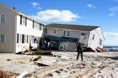 Beschädigtes Haus am Strand von Long Beach Island. (Bild: Keystone)
