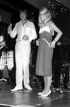 Die Eiskunstläuferin Denise Biellmann und Udo Jürgens am Gala-Abend des Schweizer Sports in Regensdorf am 27. September 1981. (Bild: Keystone)