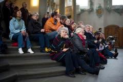 Einige Besucher fanden auf den Stiegen der Kathedrale Platz. (Bild: Benjamin Manser)