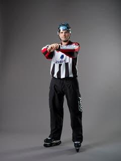 Halten (IIHF-Regel 144): Ein Spieler, der mit einer Hand oder mit beiden Händen, mit Armen oder Beinen oder auf die andere Weise das Vorärtskommen eines Gegenspielers behindert oder ihn davon abhält, frei Schlittschuh zu laufen. Mit der einen Hand auf Brusthöhe wird das andere Handgelenk umfasst. (Bild: Keystone)