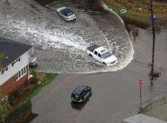 Ein Auto fährt nach dem Sturm durch die Wassermassen in Little Ferry, New Jersey. (Bild: Keystone)