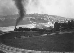 Um 1900 ist ein Personenzug mit Dampflokomotive in der Ruckhaldekurve in St.Gallen unterwegs. Im Hintergrund sind Güterbahnhof und Vonwilbrücke im Bau. Hinter der Brücke fehlt noch die Kirche St.Otmar. (Bild: Stadtarchiv der Ortsbürgergemeinde St.Gallen)