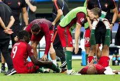 Ronaldo macht seinen Kameraden Mut. (Bild: Keystone)