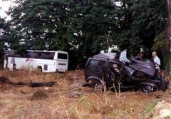 Der Jeep, in dem Sänger Falco sass, ist zerstört. Bei der Kollision mit dem Bus starb der Sänger. (Bild: Keystone)