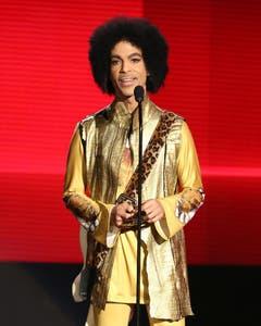 Eine der letzten Aufnahmen: Prince vergibt am 22. November 2015 bei den American Music Awards den Preis für das beste Album. (Bild: Keystone)