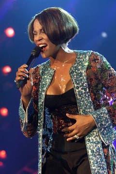 Whitney Houston während ihres ausverkauften Konzerts 1999 im Zürcher Hallenstadion. (Bild: Keystone)