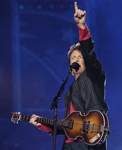 """Platz 8: Paul McCartney. Sir Paul wurde 2005 nach dem """"Nipplegate"""" geholt, um der Show wieder etwas Würde zu verleihen. Und das tat der Ex-Beatle: Zusammen mit den 84'000 Zuschauern sang er """"Hey Jude"""". (Bild: RHONA WISE (EPA))"""
