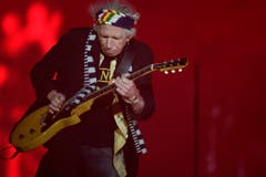 Keith Richards beim Gitarrensolo. (Bild: WALTER BIERI (KEYSTONE))