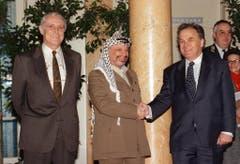Yasser Arafat wird von den Bundesräten Flavio Cotti und Otto Stich bei seinem Staatsbesuch im Januar 1994 in der Schweiz begrüsst. (Bild: Keystone)