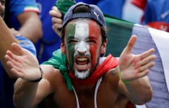 An Italy fan cheers prior to the group D World Cup soccer match between Italy and Uruguay at the Arena das Dunas in Natal, Brazil, Tuesday, June 24, 2014. (AP Photo/Andrew Medichini) (Bild: Keystone)