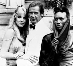 Im Sandwich: 007 zwischen Stacey Sutton (gespielt von Tanya Roberts, r.) und May Day (gespielt von Grace Jones) in «A View to a Kill» (1985). (Bild: Keystone)