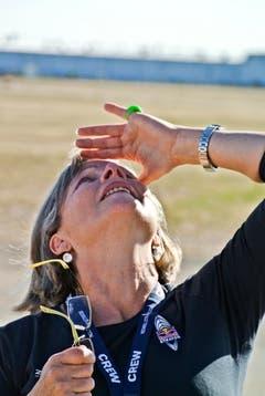 Eva Baumgartner, die Mutter von Felix, beobachtet, wie ihr Sohn in den Himmel steigt. (Bild: Red Bull)