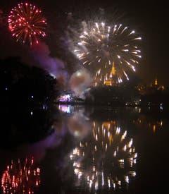 Feuerwerk über dem National Kandawgyi Park in Yangon, Myanmar. (Bild: Keystone)