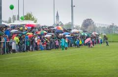 750 Zuschauer sahen sich im strömenden Regen das Spiel zwischen den ehemaligen Schweizer Natispielern und dem FC Neukirch-Egnach an. (Bild: Andrea Stalder)