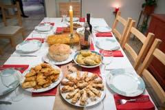 Das Weihnachtsmahl: Paul (weisser Bohneneintopf), Rakija (Schnaps), Sarma (Kabiswickel), Pita mit Apfelfüllung, panierter Fisch und Cesnica (Weihnachtsbrot). (von oben im Uhrzeigersinn) (Bild: Ralph Ribi)