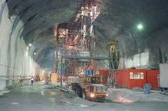 Am Zwischenangriffsschacht in Sedrun wird eine vertikale Röhre gebaut. Beim Bau des 800 Meter lange Schacht helfen 70 Minenarbeiter aus dem afrikanischen Land Lesotho, die als Experten im senkrechten Schachtbau gelten. (Bild: Keystone)