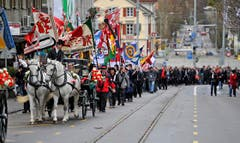 Viel Volk und Fahnen beim Festumzug in Frauenfeld. (Bild: Reto Martin)