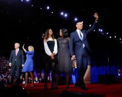 Die Familie Obama (rechts) und Vize Joe Biden mit Frau Jill. (Bild: Pablo Martinez Monsivais / AP)