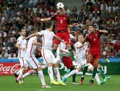 Ein Kopfball von Pepe aus dem Portugalteam. (Bild: Keystone)