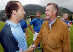 Zusammentreffen mit dem späteren Natitrainer Ottmar Hitzfeld bei einem Benefizspiel zugunsten der unwettergeschädigten Engelberger im Herbst 2005. (Bild: Keystone)