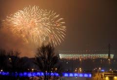 Das Nationalstadion in Warschau wird durch das Silvesterfeuerwerk erhellt. (Bild: Keystone)