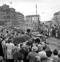 Am 19. September 1946 besucht Winston Churchill, damals Oppositionsführer, die Schweiz. Tausende säumen die Strassen, als der ehemalige britische Premier vom Flughafen Dübendorf zum Münsterplatz gefahren wird. (Bild: Keystone)