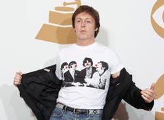 """Ex-Beatle Paul McCartney ist tierlieb und naturverbunden. Beim Vegetarier ist Fleisch im gesamten Backstage-Bereich verboten, lederbezogene Sitze in der Garderobe und im Auto ebenso. Ausserdem wünscht sich McCartney sechs Bodenpflanzen, zwei normale Topfpflanzen, und eine von einem """"renommierten Floristen"""" angerichtete Gartenschau mit weissen Casablanca-Lilien, rosa und weissen Rosen, einem Wildblumen-Arrangement sowie Freesien. (Bild: Keystone)"""
