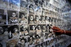 In der forensischen Abteilung des medizinischen Fakultät von Bhopal erinnern Fotos von Opfern an die Giftgaskatastrophe. (Bild: Keystone)