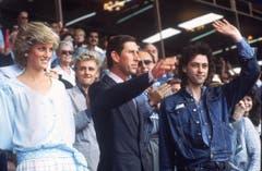 Prinzessin Diana und Prinz Charles mit Bob Geldorf, rechts, am Live Aid Koncert im Wembley Stadion. (Bild: Joe Schaber/AP (London, 13. Juli 1985))